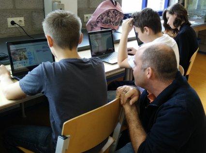 Programmeur Daan in de klas.